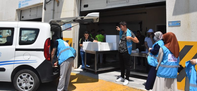 Pendik Gönüllüleri 3 bin aileye 'hediye et' dağıttı